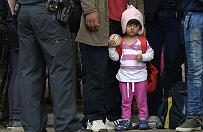 Tysi�ce uchod�c�w nap�ywaj� do Niemiec. W�skie gard�o w Berlinie
