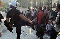 Burza w sieci. Policjant na Lesbos kopa� imigrant�w