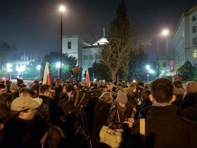 Demonstracja przed Sejmem: r�ce precz od Trybuna�u!