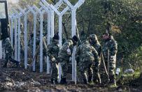 Imigranci zaatakowali macedo�skich �o�nierzy buduj�cych ogrodzenie na granicy z Grecj�