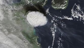 Chmura przesłoniła Sycylię. Erupcja Etny wdziana z kosmosu
