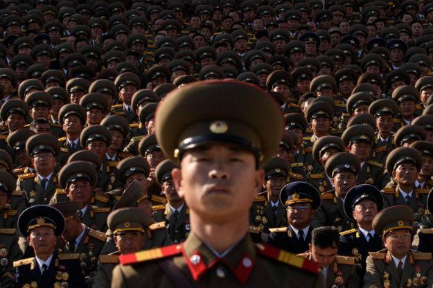 P�nocnokorea�scy wojskowi podczas ogl�dania defilady wojskowej w Pjongjangu