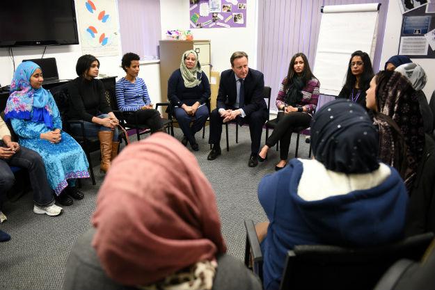 David Cameron na lekcji j�zyka angielskiego dla muzu�manek w Leeds