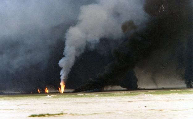 Szyby naftowe podpalone przez uciekaj�cych irackich �o�nierzy
