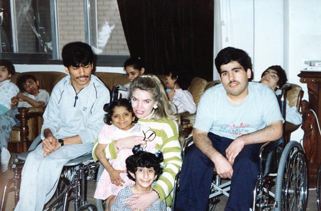 Jean Sasson z niepe�nosprawnymi kuwejckimi dzie�mi - przetrwa�y okupacj�, cho� �o�nierze wyrzucili ich z ich domu opieki