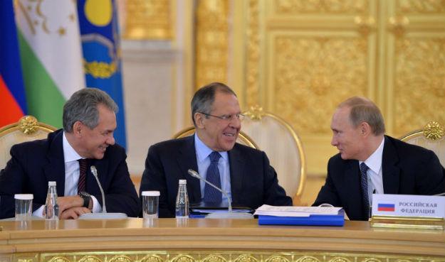 Od lewej: minister obrony Siergiej Szojgu, szef MSZ Siergiej �awrow, prezydent W�adimir Putin