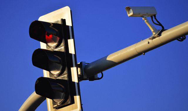 Kamery rejestruj�ce przejazd na czerwonym powoduj� wypadki