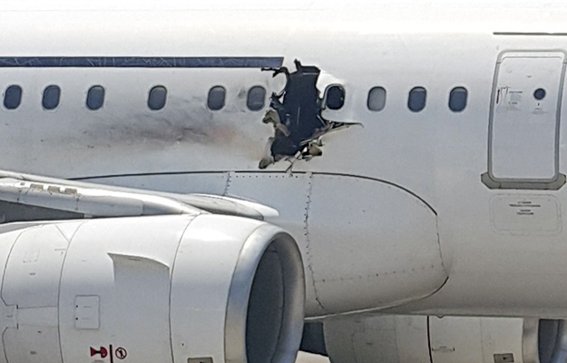 Uszkodzony kad�ub samolotu Daallo Airlines.