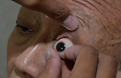 Fabryka sztucznych oczu w D�akarcie