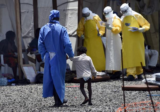 Pracownicy medyczni pomagaj� zaka�onym wirusem ebola