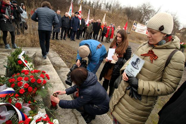 Uroczysto�ci pod pomnikiem Iwana Czerniachowskiego w Pieni�nie.