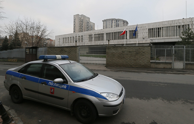 Radiow�z przed budynkiem polskiej ambasady w Moskwie