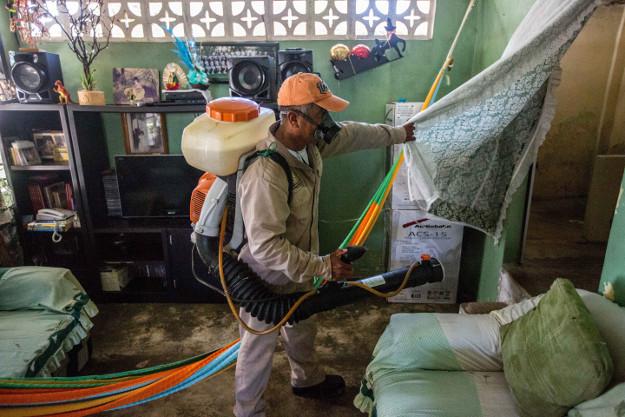 Odkażanie domów w Meksyku, które ma odstraszyć komary