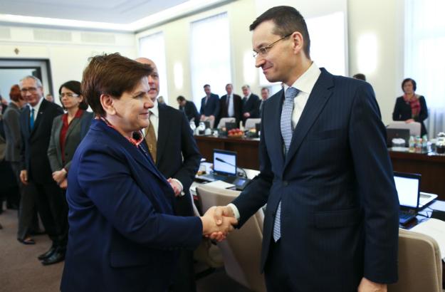 Wicepremier, minister rozwoju Mateusz Morawiecki (P) i premier Beata Szydło (L)