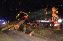Tragiczne wypadki w Wielkopolsce. Ko�o Rawicza z naczepy tira spad�y drewniane k�ody, przygniataj�c jad�ce z ty�u auto