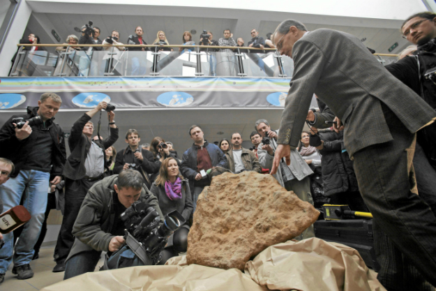 Prof. Andrzej Muszy�ski podczas prezentacji najwi�kszego w Polsce meteorytu (Morasko)