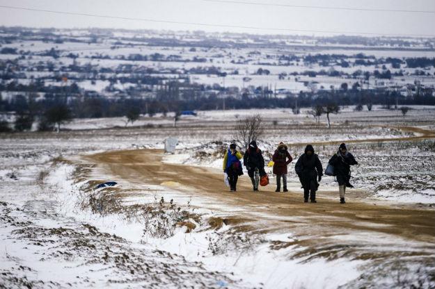 Migranci przekraczaj� granic� macedo�sko-serbsk�, stycze� 2016 r.