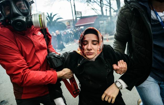 """Jedna z ofiar policji w czasie demonstracji pod redakcj� """"Zaman"""" w Ankarze"""