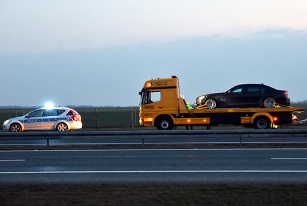 Limuzyna, kt�ra podr�owa� prezydent Andrzej Duda, wydobywana z rowu autostrady A4.