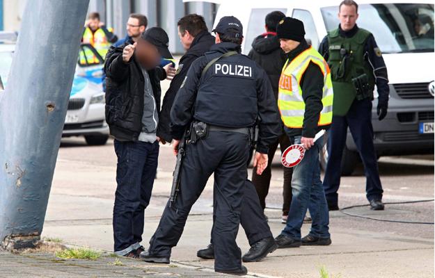 Niemiecka policja na granicy w Lichtenbusch - trwaj� wzmo�one kontrole w zwi�zku z zamachami w Belgii