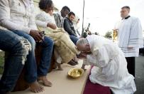 Papie� umy� nogi imigrantom. Dla wielu internaut�w to ju� za wiele