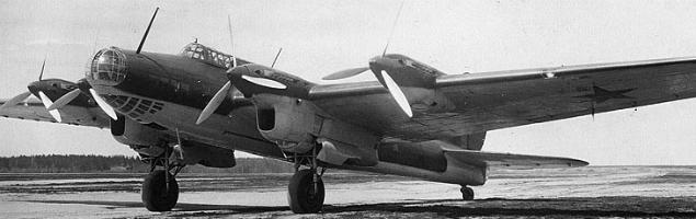 Bombowiec Pe-8 wykorzystywany w nalotach na Warszawę