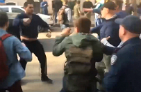 Ukrai�ski deputowany obrzucony kamieniami i jajkami w Charkowie. Dzia�acze skandowali: Ha�ba, ha�ba!