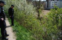 Policjanci i stra�acy wsp�lnymi si�ami uratowali m�czyzn�, kt�ry wpad� do stawu w Gnie�nie