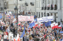 """""""Demokracja zagrożona"""", """"PiS mnie tak zmobilizował"""", """"Sprzeciwiam się faszyzmowi"""". Sonda WP na marszu KOD-u"""