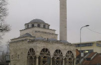 T�umy na otwarciu odbudowanego meczetu w Banja Luce