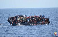 U wybrze�y Libii zaton�� statek z migrantami