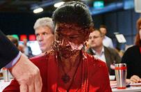 Polityk niemieckiej Lewicy zaatakowana tortem na zje�dzie w Magdeburgu. Posz�o uchod�c�w