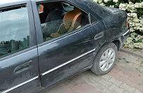 Ucieka� przed policj�. W ko�cu porzuci� auto z dwuletnim dzieckiem i zbieg� pieszo