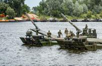 Polskie Rosomaki przejechały po nowym moście pontonowym. Ćwiczenia Anakonda pod Chełmnem