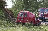 Huraganowy wiatr pustoszy Polsk�. Powalone drzewa, zerwane linie energetyczne. 3 osoby nie �yj�
