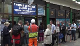 Kolejki przed kantorami. Ludzie masowo wykupują euro