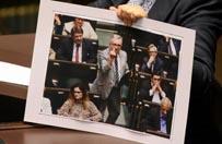 Pose� PiS pokaza� �rodkowy palec w Sejmie