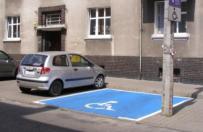 Miejsca parkingowe dla niepe�nosprawnych w Poznaniu oznaczone jaskraw� farb�