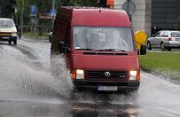 Sosnowiec zalany po ulewie. Synoptycy ostrzegaj� przed burzami