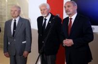 Sp�r o Apel Pami�ci. Kulisy negocjacji z MON i pro�ba Hanny Gronkiewicz-Waltz o dodanie W�adys�awa Bartoszewskiego