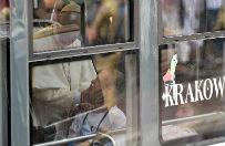 Niezwyk�a przeja�d�ka papie�a po Krakowie: podr� tramwajem z niepe�nosprawn� m�odzie��