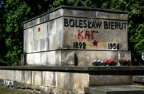 Dewastacja pomnika Bieruta. Prokuratura wszcz�a post�powanie ws. dzia�a� policjant�w