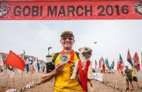 Bezdomny pies przy��cza si� do marato�czyka podczas biegu. Ko�cz� wsp�lnie maraton