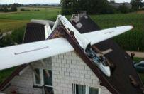 Wypadek szybowca na Podlasiu. Maszyna wbiła się w dach budynku
