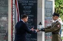 Prezydent ods�oni� tablic� po�wi�con� �o�nierzom Wykl�tym