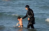 """UNHCHR: zakazy noszenia burkini we Francji """"stygmatyzuj�"""" muzu�man�w"""