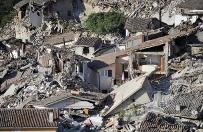 """""""Charlie Hebdo"""" zn�w szokuje. Ofiary trz�sienia ziemi jako dania w�oskiej kuchni"""