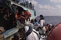 Uratowali ponad 6 tysi�cy uchod�c�w u wybrze�y Libii