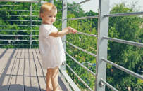 Rodzice zostawili roczne dziecko na balkonie i urządzili sobie imprezę