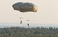 Ameryka�scy spadochroniarze wyl�dowali na Pustyni B��dowskiej